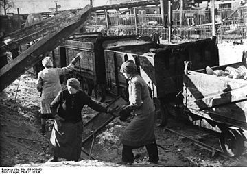 360px-Bundesarchiv_Bild_183-H30060,_Berlin,_Trümmerfrauen_vor_Loren.jpg