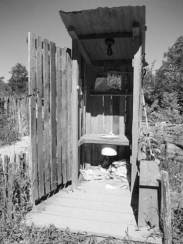 Toilettes-au-fond-du-jardin.jpg