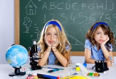 10048847-enfants-etudiants-s-39-ennuient-a-l-39-ecole-en-classe-un-bureau-avec-tableau-noir.jpg