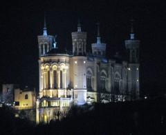 734px-Lyon_-_Basilika_Notre-Dame_de_Fourvière_at_night.jpg