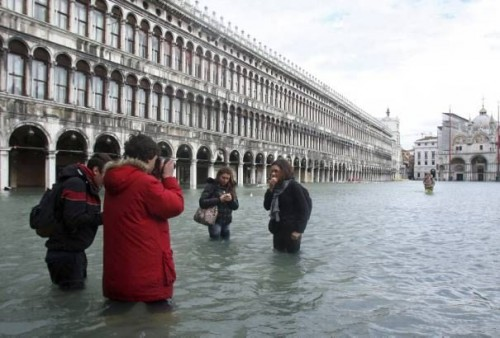 1-tourists-take-photos-of-each-other-in-the-flooded-saint-mark-s-square-in-venice_224.jpg